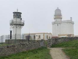 Links der neue, automatische und rechts der alte, auf einer Burg aufgebaute Leuchtturm