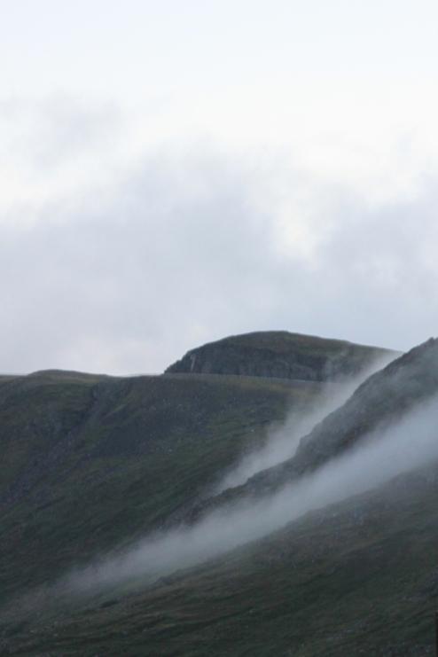 Wabernde Nebelschwaden am Berg gegenüber unserer Hütte.